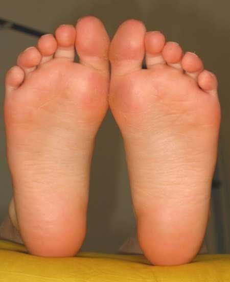 Lécher les pieds féminins